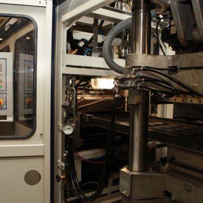 Moderner Thermoformautomat mit Druckluftunterstützung